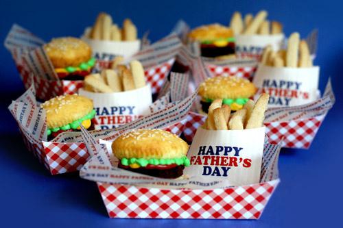 Cupcake e biscotti serviti come hamburger e patatine