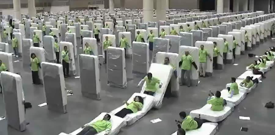Verso il record del domino di materassi