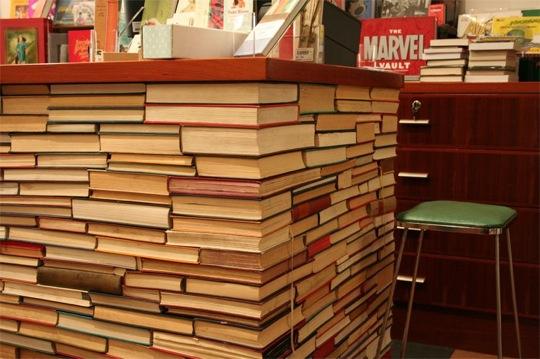 Scrivania con libri riciclati